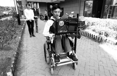 """大学生造出""""霍金轮椅"""" 一个眼神轮椅就能动"""