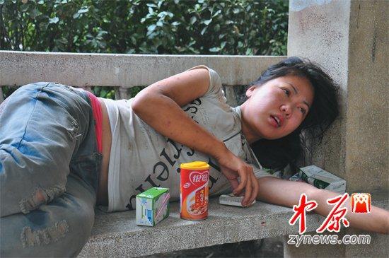 郑州街头现流浪女孩 会说英语自称网名叫紫烟图片