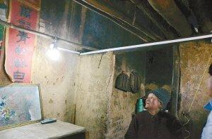 八旬老人未用过电 微博曝光后家里第一次亮灯