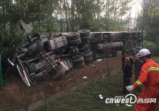 西宝高速一半挂车侧翻2人被困 消防队紧急救援