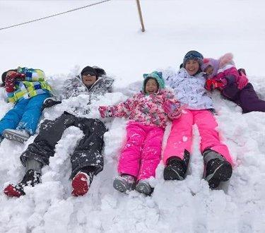 小泡芙一家五口玩滑雪