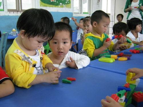 幼儿园老师疑绑架学生:家长交齐学费才放人