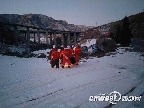 半挂车翻下80米悬崖 宜川消防救出两名被困人员