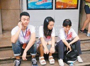 16名大学生西安身无分文生存10天 街头卖唱
