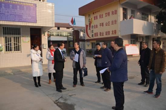 专家组在谢村中小了解学校概况.JPG