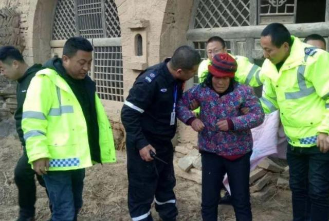 子长县救援队地毯式搜寻 从废弃窑洞找回走失老人