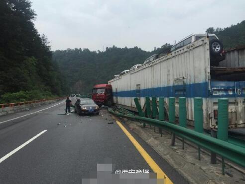 下雨路滑车速快,货车为避前车撞上护栏又撞轿车