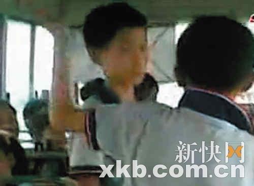教师逼迟到学生互扇耳光图片