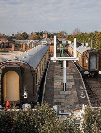 火车迷耗巨资打造古典火车站