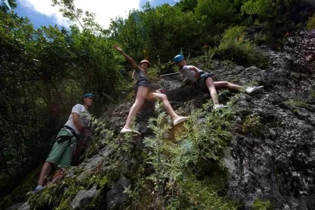 极限挑战在秦岭 绝壁攀岩等你练胆 玻璃栈道谁先腿软!