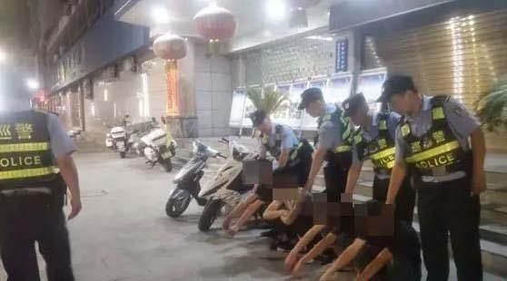 安康4少年驾鬼火摩托车炸街 已被警察拦截