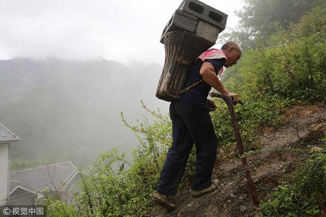 陕西安康:鸡心岭上的6旬背篓客 一天背40趟砖挣150元