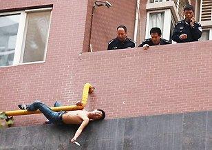 西安一持刀男子欲跳楼被救下
