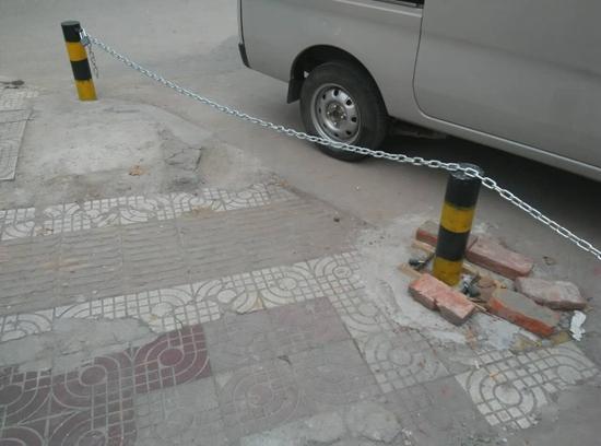 路南汉中市盐业公司门前的人行道上多了几个铁桩,上面还横着一根铁