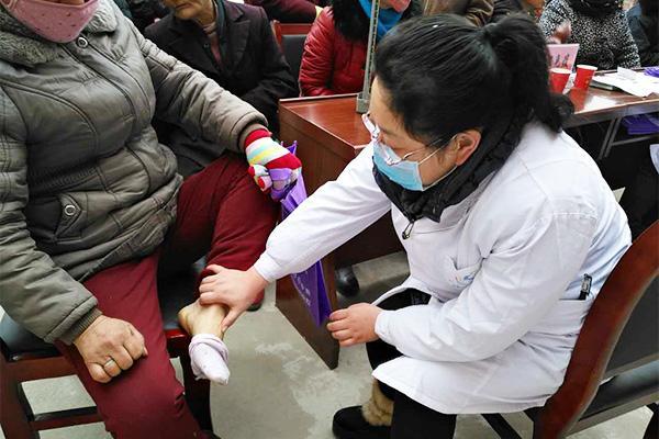 冒着严寒去鄠邑 市第五医院送医送药送健康