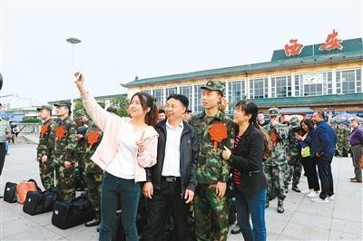 今年西安首批新兵奔赴军营 高学历比例高于往年