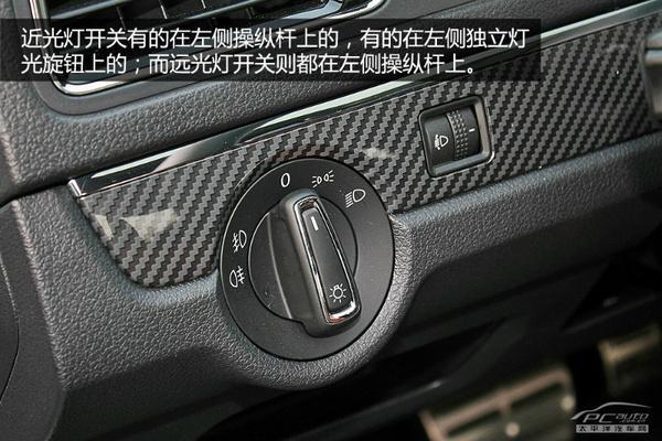 要打开远光灯有两种方法:第一种是左侧操纵杆往驾驶员方向拨,远光灯开启,松手后操纵杆自动复位,远光灯关闭。这种操作称为闪灯(拨一下,松手),平常我们开车时可用这种方式提醒其他车辆或行人注意。   第二种方法是将操纵杆往远离驾驶员的方向推(某些品牌则方向相反,比如标致和雪铁龙),此时远光灯常亮;手动再次将操作杆拨回原位后,远光灯关闭。