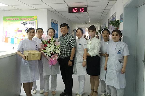 市五院领导在5.12日给临床第一线护士送去慰问