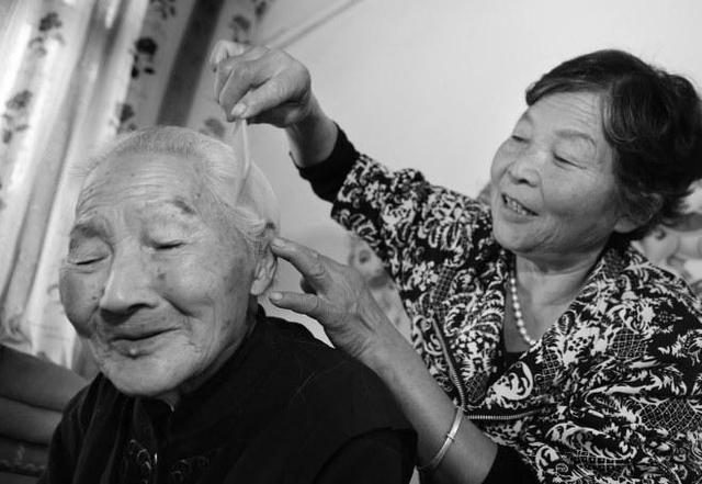 临潼百岁老人过生日 150多个晚辈前来祝寿