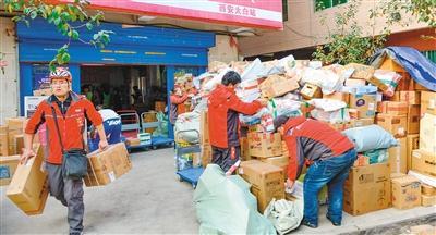 西安快递物流高峰今日到来 配送员日送六车货物