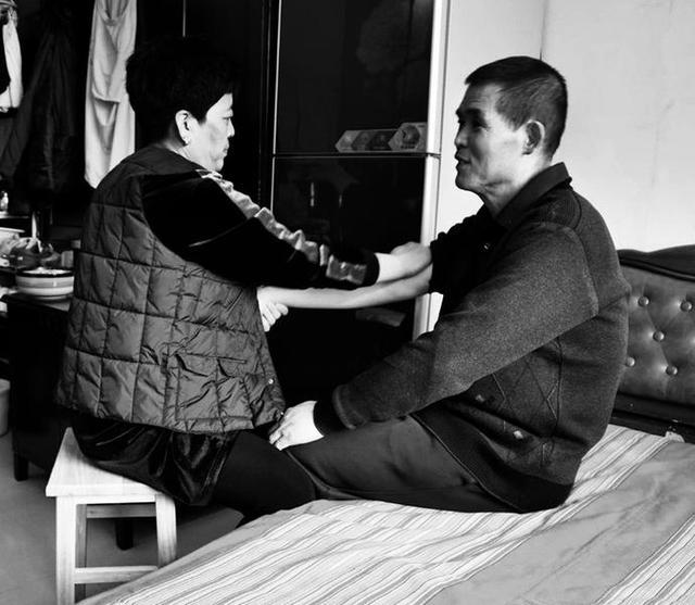 为了帮助张济民恢复身体机能,冯玉环学会了保健按摩,当家庭