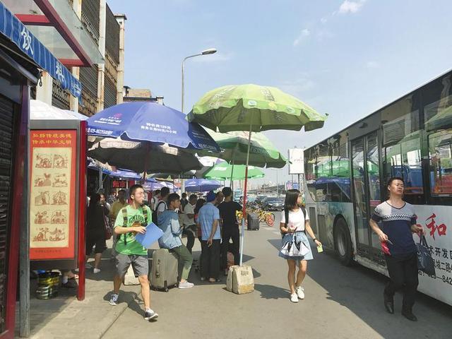 公交站没有遮阳棚 7家爱心商户撑起23把遮阳伞