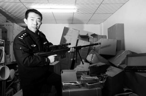 旧货市场查获上千支仿真枪 金属枪膛威力巨大
