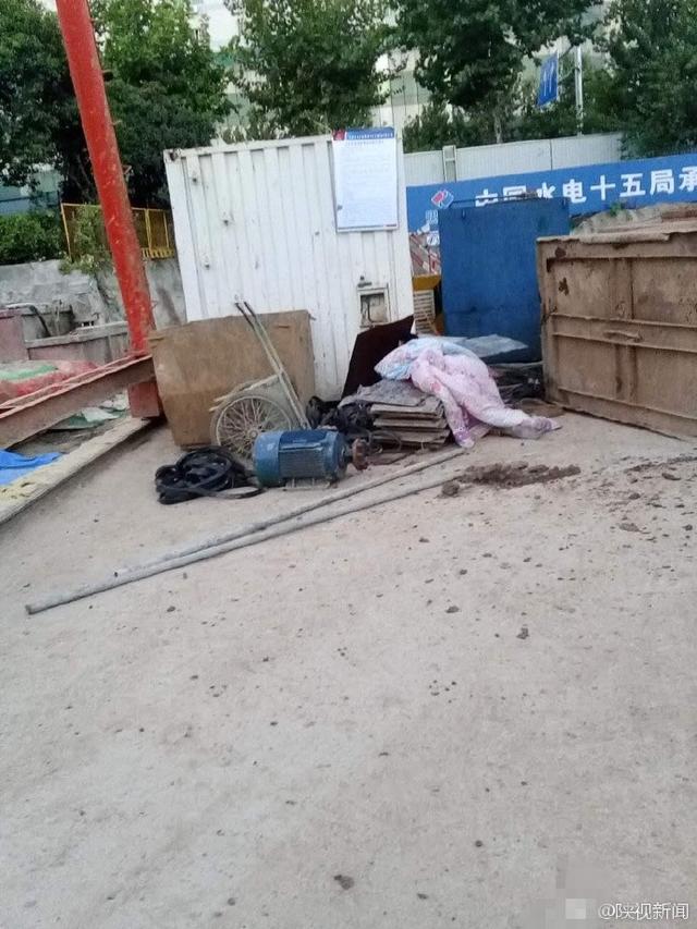 西安一工地吊车翻斗掉落 一工人当场被砸身亡