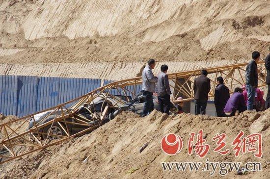 倒下的塔吊将一越野车砸得变形(图据阳光报)-延安吴起县合沟发生