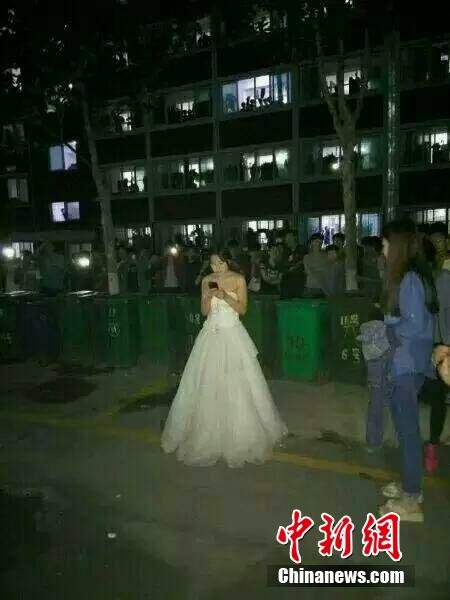济南女生穿婚纱求婚千人围观 男生未露面