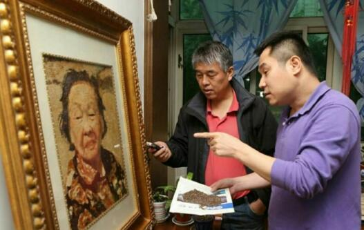 西安非遗传承人创作五谷画想送老红军