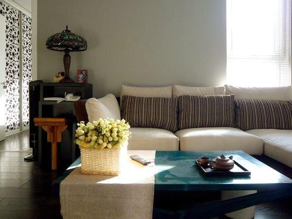 客厅沙发后面和侧面的墙被我们刷成了灰色.