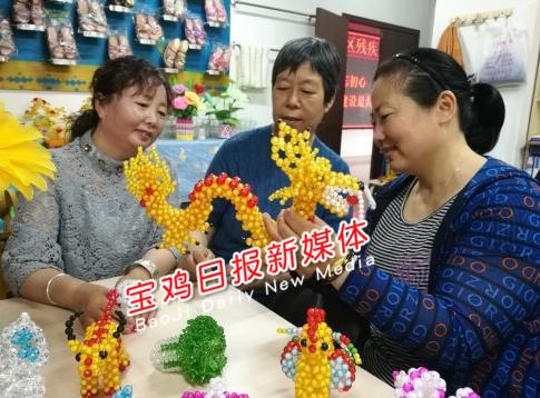 工艺品分为手工珠串,编织品,丝绢花三类,有抽纸盒,花瓶摆件,钥匙链等