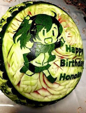 日本妇女用西瓜雕刻动漫人物 为孩子庆生(图)