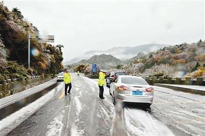 西安连续降温秦岭迎初雪 市民游客前往赏雪景