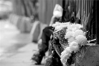 西安市民献花祭奠嘉天国际爆炸事故逝者(图)