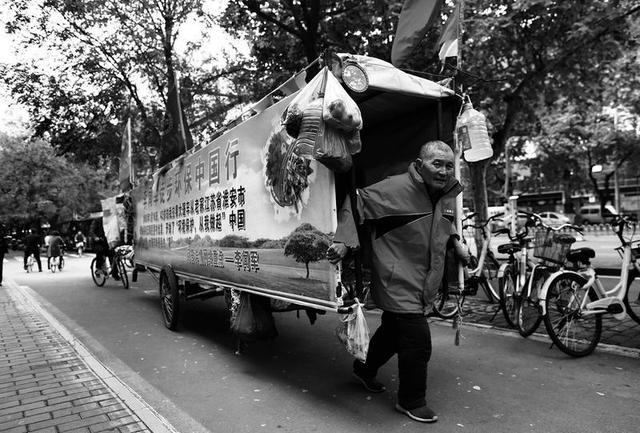 58岁旅游达人用脚板量祖国 边旅游边宣传环保