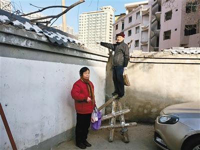 一堵墙截断门前路3年 居民想走老路得爬梯翻墙