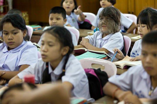 女生:泰国11岁小女孩组图浑身被称狼女二头肌长毛练肱图片