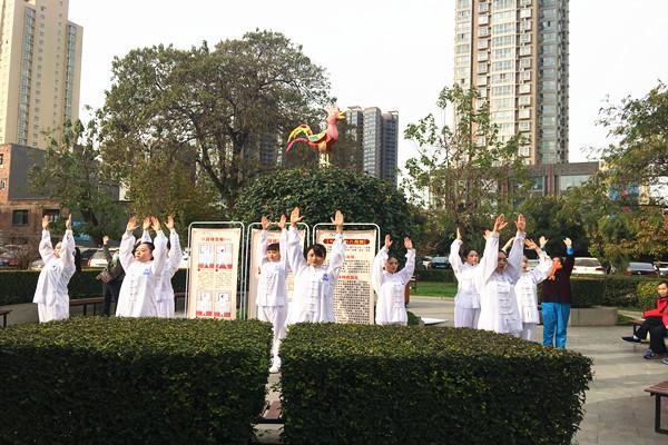 市五院护士亲身示范中医养生气功八段锦