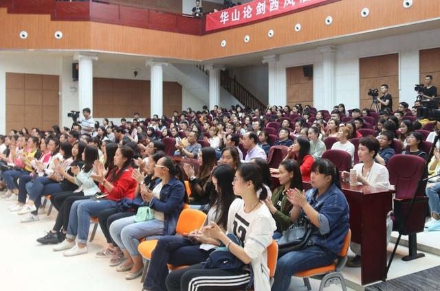 余秀华在西安外事学院讲述诗情人生