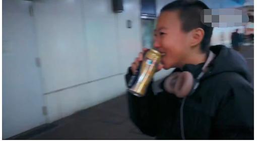窦靖童21岁啦 !当街饮酒十分豪迈到不行!