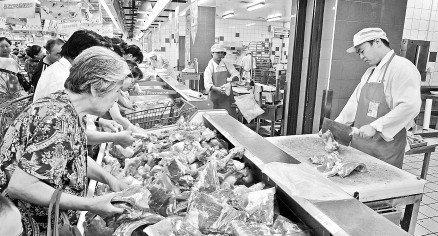15吨储备肉两小时售罄 买肉队伍最长排200人