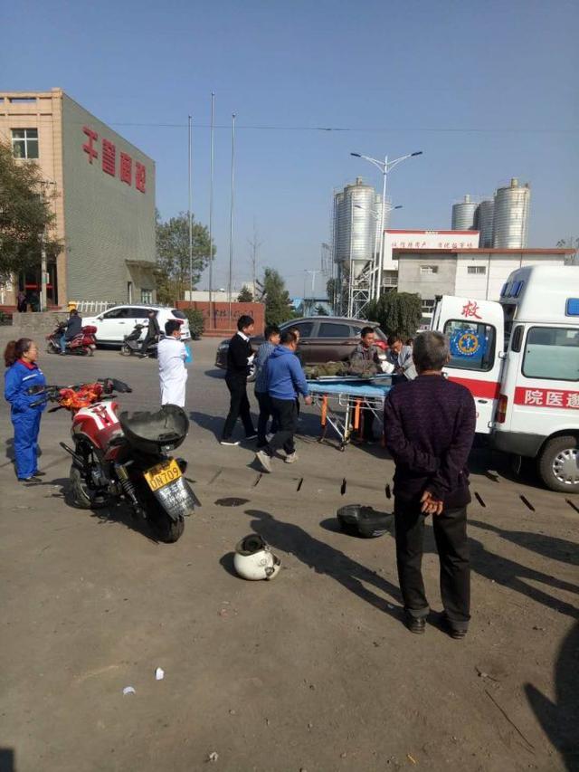 一男子骑摩托车不幸摔伤 野狐坡干部群众鼎力相救