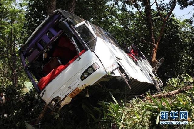 泰国普吉岛客车坠崖3死14伤 旅行团来自陕西