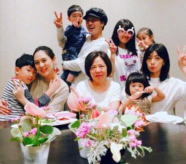 贾静雯母亲节与三个女儿同框
