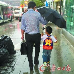 爹给娃撑伞咋感动了世界 撑伞引发育儿观争论
