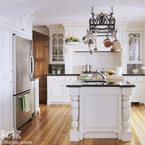 简单大方,黑色大理石的台面漂亮美观且易于清洁.这间厨房的,最