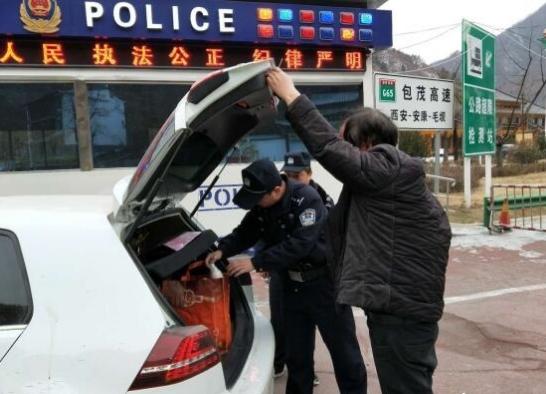 商洛营盘公安强化治安检查 检查车辆500余辆
