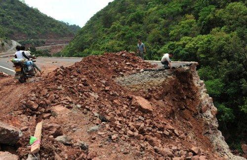云南新三公路试通车第2天坍塌 专家称雨太大